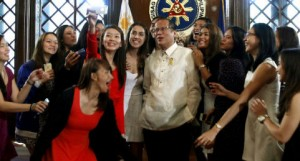 The Ateneo Lady Eagles take a group selfie with President Benigno Aquino III 2